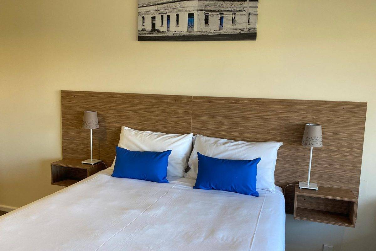 hay-new-south-wales-accommodation-family-room-3
